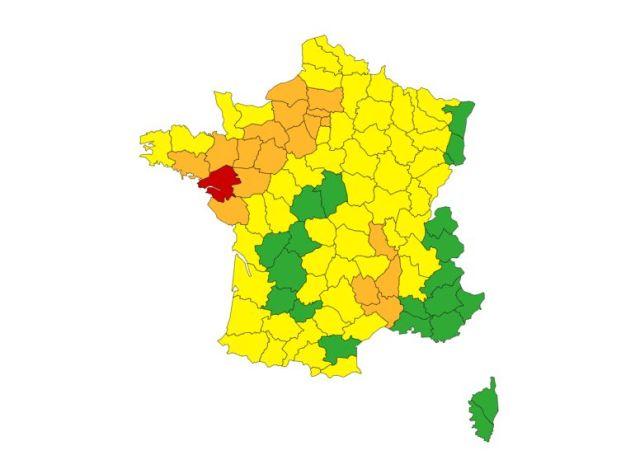 Au total, 22 départements sont en vigilance rouge ou orange face aux pluies, crues, orages ou vents violents...