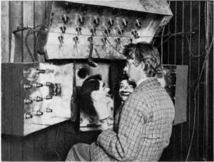 """John Logie Baird prova la sua televisione con i due pupazzi """"Spooky"""" e """"James"""" (1926)."""