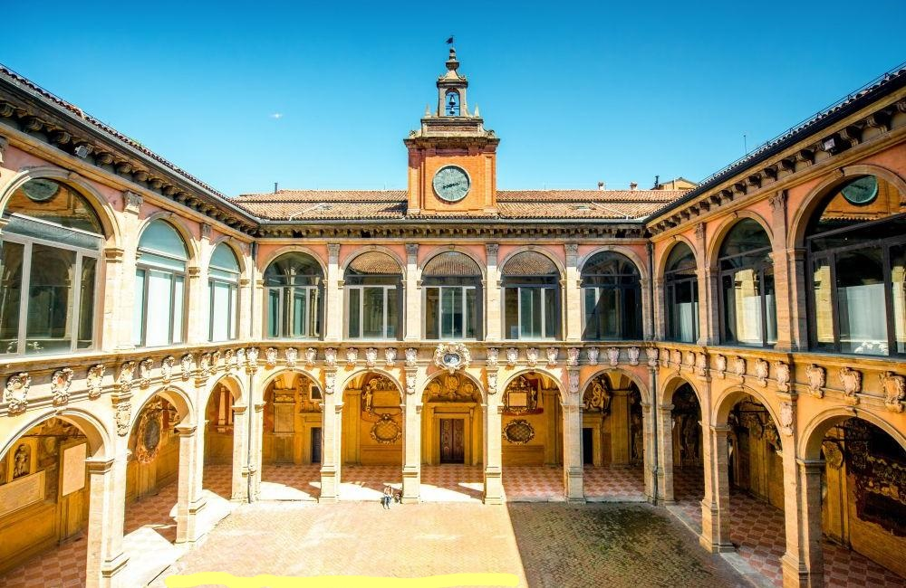 La prima università