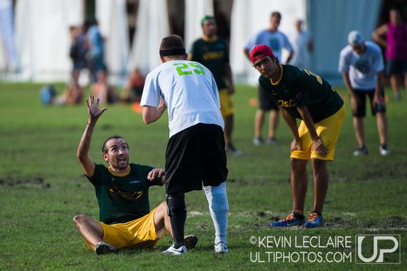 UltiPhotos: Bad Skid vs Comunidad el Oso - Pool K - Open Division - WUCC 2014 &emdash; Tuesday WUCC 2014 Pool Play Action