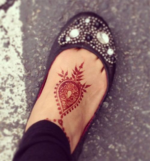 simple mehndi design idea for feet
