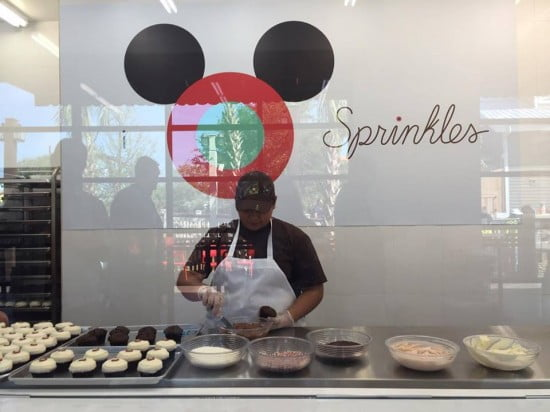 Famosa padaria Sprinkles abre as portas no Disney Springs | Um bilhete, por favor. 13