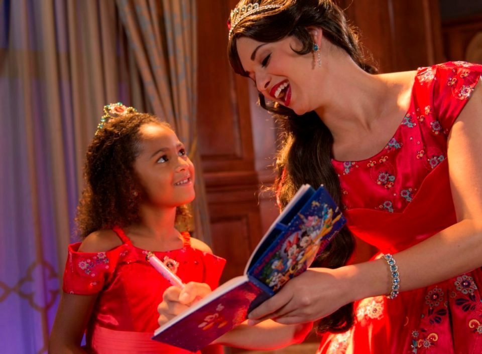 princesa-elena-de-avalor-recebe-os-visitantes-no-princess-fairytale-hall-no-magic-kingdom-credito-david-roark-2