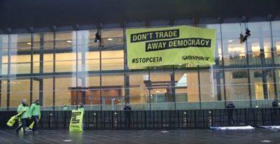 #StopCETA: Greenpeace in azione durante consiglio dei ministri UE