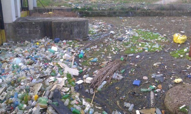 inquinamento da plastica eco-compattatori