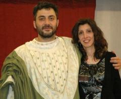 Filippo Timi,  in abiti etruschi, con un'amica