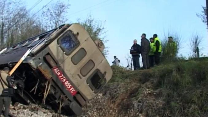 Deraglia treno, vagone finisce in scarpata, ci sono feriti