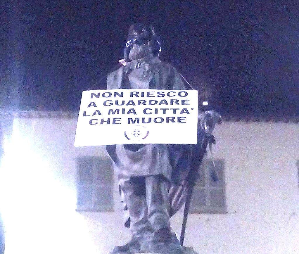 casapound-incappuccia-statue