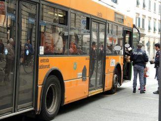 Risponde male a controllore autobus, ma la polizia lo arresta