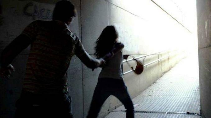 Picchia in strada la figlia e il fidanzato