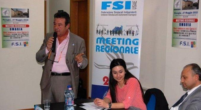In piedi Raimondo Leotta, al tavolo in primo piano Paride Santi