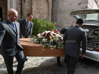 Muore dopo scippo, parla il figlio della vittima, celebrato funerale dell'uomo