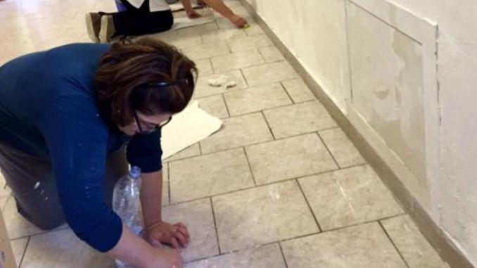 Genitori fanno manutenzione alla scuola di Olmo