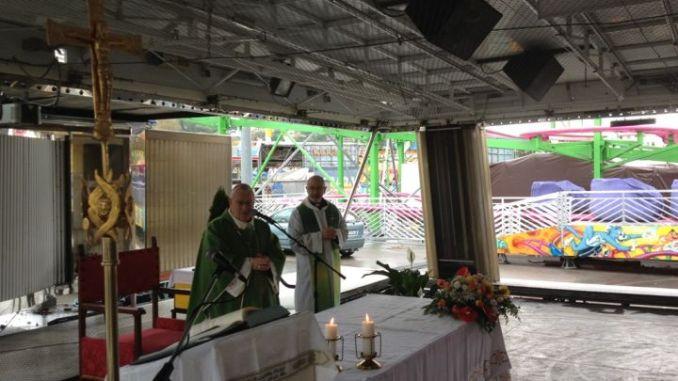 Cardinale Bassetti celebra messa con le famiglie del Luna Park