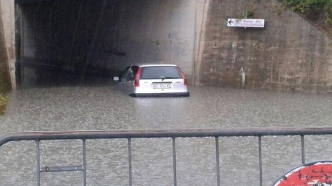Incidenti stradali, auto si ribalta su E45, nubifragio a Bastia, sottopasso allagato