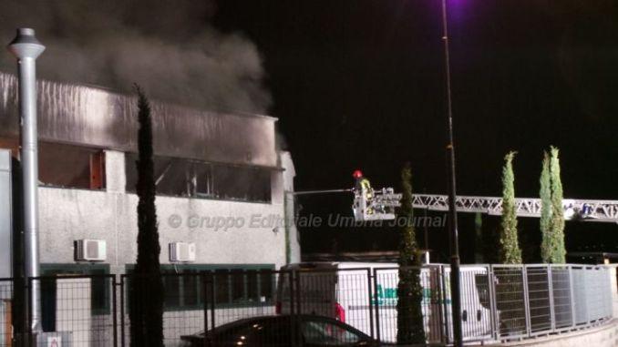 Incendio a Cannara, capannone azienda toner e cartucce in fiamme