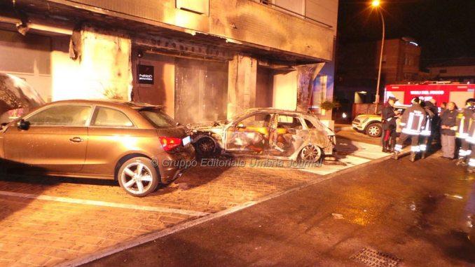Auto in fiamme a Bastia, incendio sviluppato nel vano motore