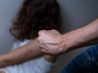Mamma e due figli scappano dal padre aguzzino, il comune li soccorre
