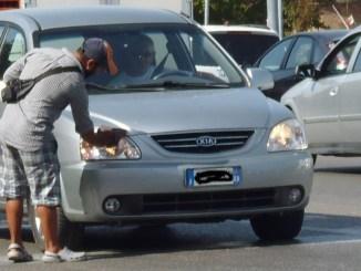 Accattonaggio a Perugia Giunta e M5s cancellano norma Camicia protesta