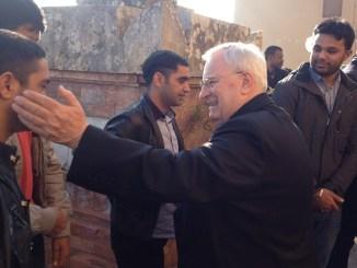 Cardinale Bassetti in visita ai 62 profughi accolti dalla Caritas