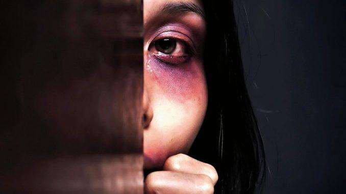 Fidanzato violento indagato per maltrattamenti, picchiava la compagna