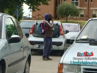 Parcheggio ospedale di Foligno: comandano abusivi africani