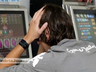 Lascia figli piccoli in auto e gioca alle slot machine a Perugia, denunciato