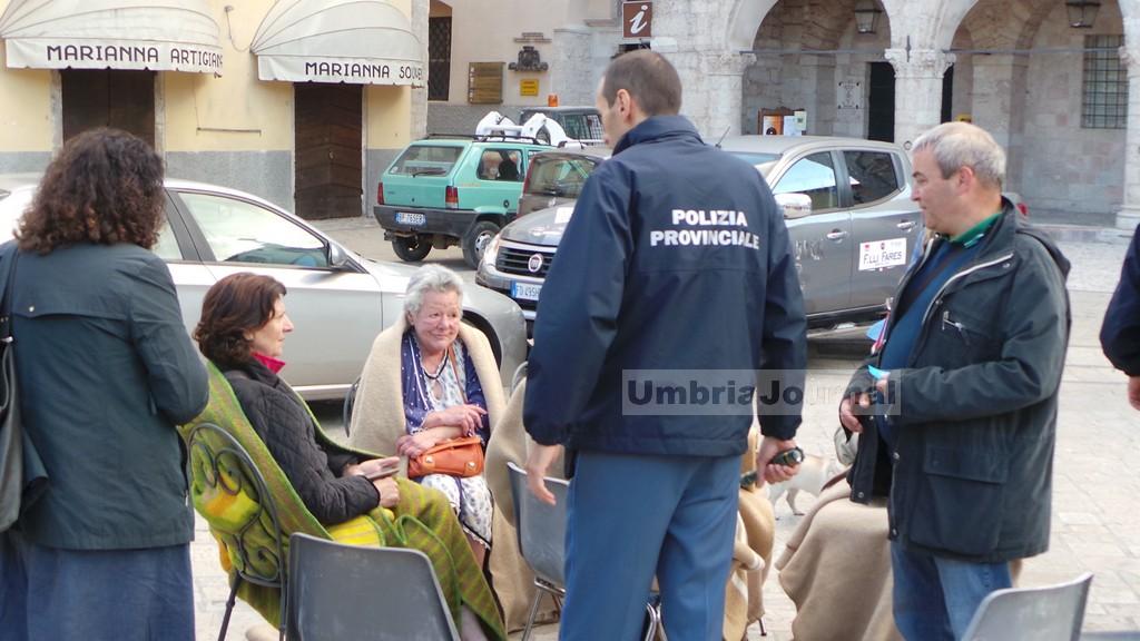 terrmoto-norcia-gente-in-strada (11)
