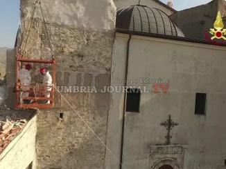 Corsa per salvare il campanile di Castelluccio di Norcia dopo il terremoto