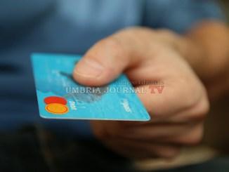 Acquisti con carta di credito rubata, negoziante Assisi sventa truffatore