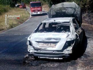 Incendio Mercedes sulla 205 Amerina, due squadre di Vigili del Fuoco sul posto