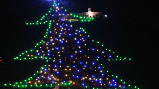 Albero Di Natale Gubbio.Save The Children Accendera L Albero Di Natale Di Gubbio