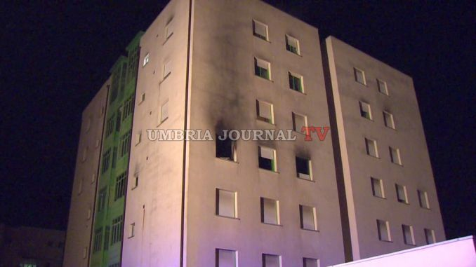 Incendio palazzina a Perugia, anziana salvata dal rogo VIDEO