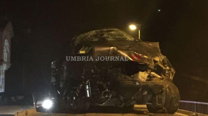 Incidente stradale, ragazza vola giù con l'auto dal ponte di Petrignano, ferita