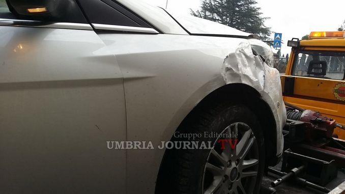 Incidente a Bastia Umbra, perde controllo dell'auto e si schianta su una Focus