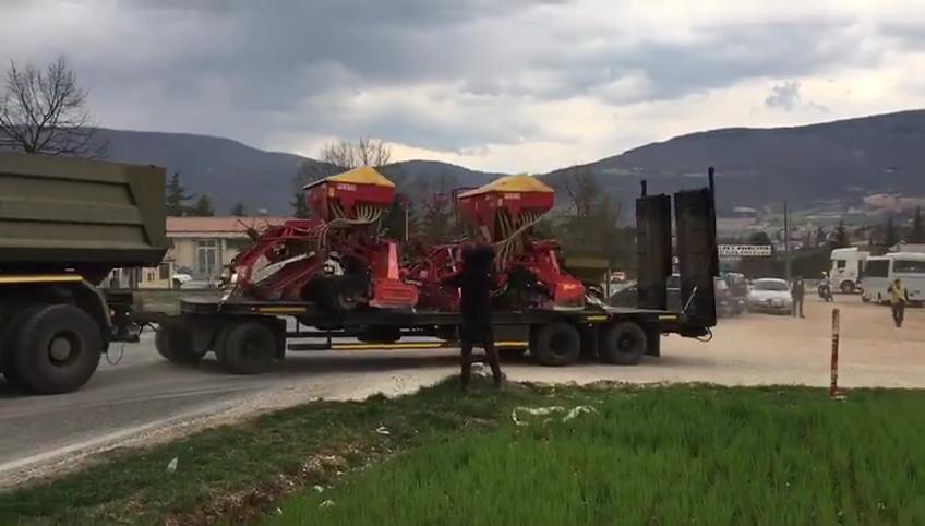 Castelluccio, semina lenticchia, seminatrici e trattori a cingoli partiti, trainati dai mezzi dell'esercito