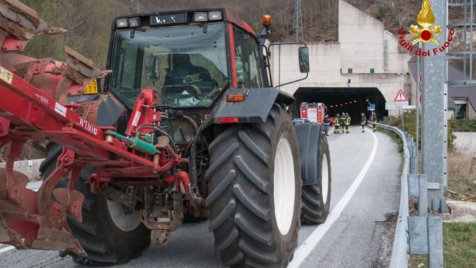 Semina lenticchia a Castelluccio di Norcia, trattori arrivati sul posto, scortati da Forze dell'Ordine