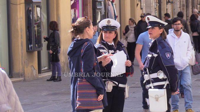Polizia locale in sciopero nel giorno di Perugia 1416, presidio in Piazza Italia