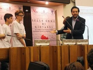 """Giacomo Leonelli, presidente della Commissione d'inchiesta sulla criminalità organizzata, con alcuni dei ragazzi dell'ITTS Volta di Perugia, nel corso della manifestazione """"Sulle orme di Giovanni"""""""