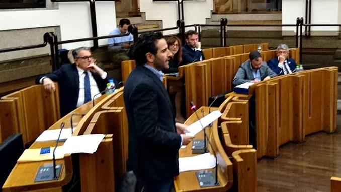 Giacomo Leonelli mentre presenta la sua mozione sull'aumento delle risorse per risarcire il danno indiretto da sisma