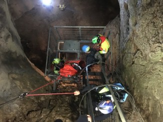 Soccorso alpino soccorre escursionista all'interno della grotta del Monte Cucco