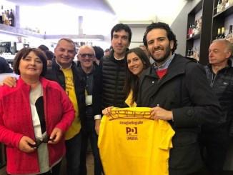 Magliette gialle del Partito Democratico nei luoghi del terremoto