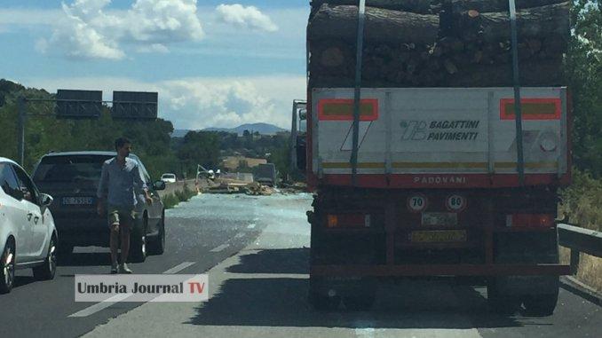 Un camion perde carico sulla E45 a Todi, principio di incendio