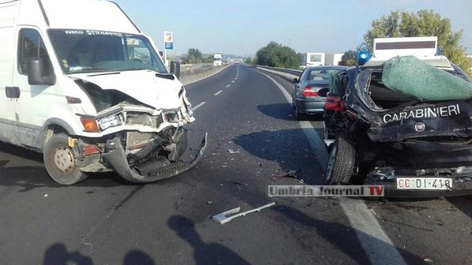 Incidente stradale Bastia, furgone centra auto dei carabinieri, nessun ferito