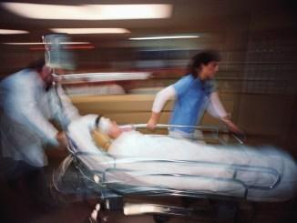 Cade dal tetto di un capannone a Ponte, è grave in ospedale a Perugia