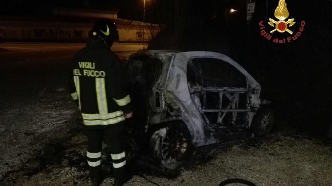Incendio auto, Smart prende fuoco a Preci, nessun ferito