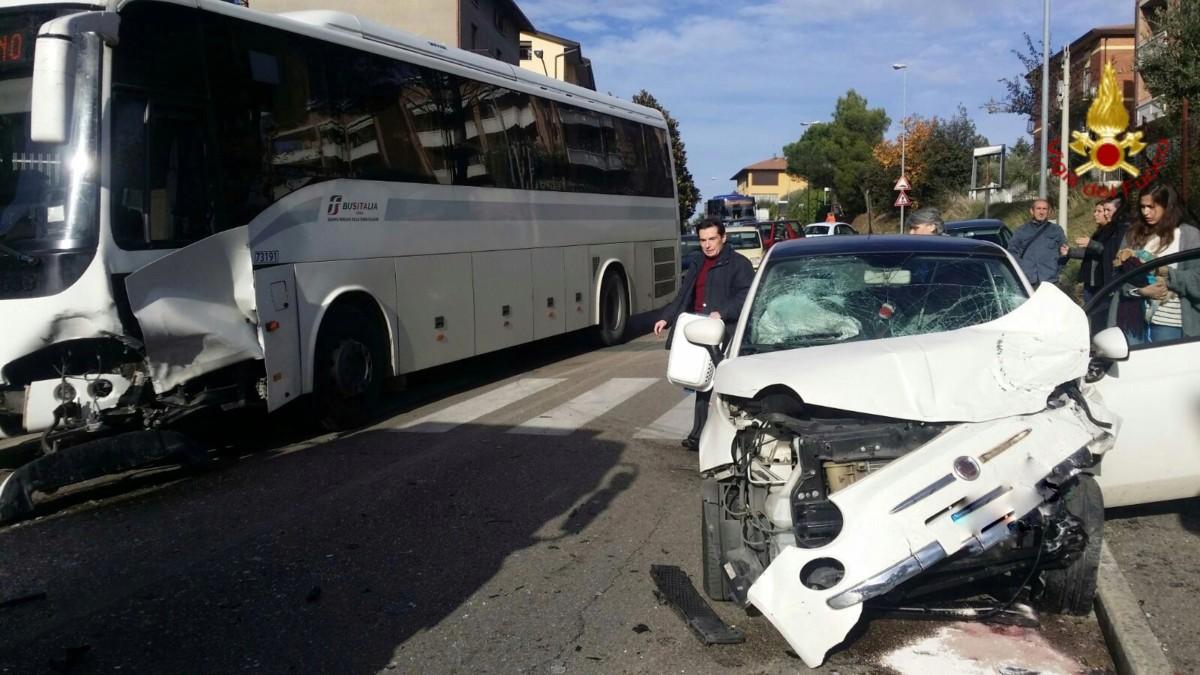Incidente stradale a Perugia, scontro tra autobus e Fiat 500, un ferito