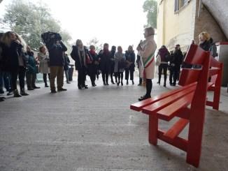 Femminicidio, una panchina rossa ai giardini del Pincetto di Perugia