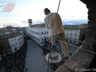 Si pensa già al Natale, a Perugia torna il funambolo FOTO