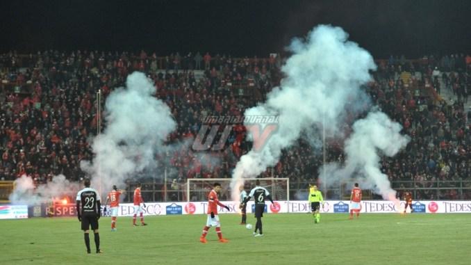 Lanciano fumogeni in campo, daspo per 4 tifosi del Perugia